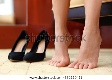shoes off banco de imágenes. fotos y vectores libres de derechos