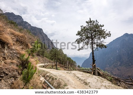 Hiking path of Tiger Leaping Gorge