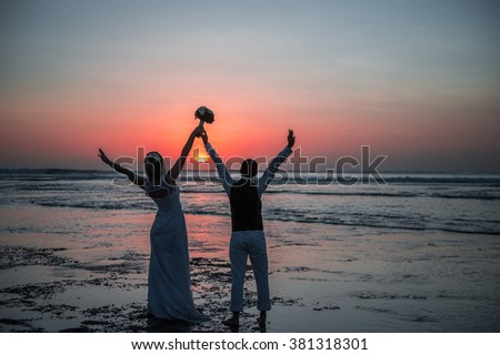 Honeymoon silhouette at sunset on the ocean