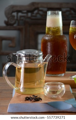 Hot tea and ice tea with wooden background.
