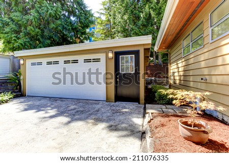 house exterior view of garage and driveway