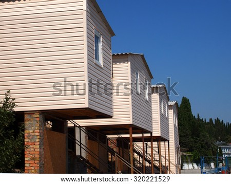 houses on stilts in a seismic area