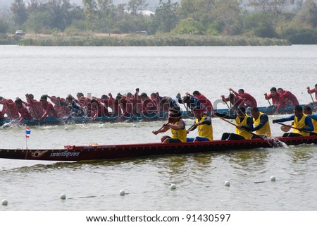 HUA HIN, THAILAND - DECEMBER 25 : Participants in the Hua Hin Long Boat Competition 2011 on December 25, 2011 in The Khotao Lake , Hua Hin, Thailand.