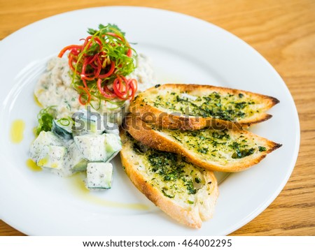 hummus with garlic bread and pepper