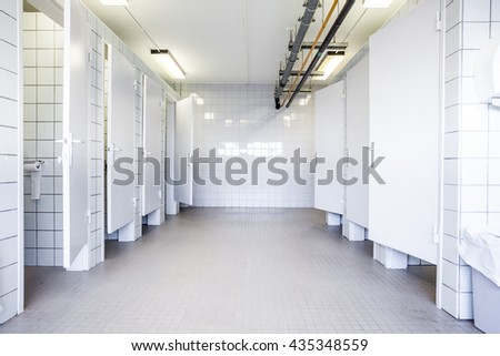 In an public building are womans toilets whit doors