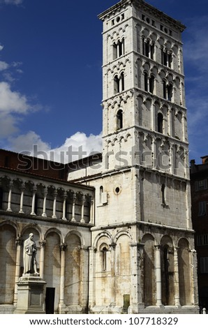 "Italy, Lucca, bell tower of the church ""San Michele in Foro"" and memorial for citizen Francesco Burlamcchi"