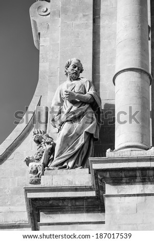 Italy, Sicily, Noto (Siracusa Province), S. Nicolo' Cathedral baroque facade (1703), statue