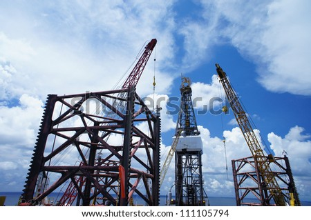 Jack Up Offshore Drilling Rig With Rig Cranes in The Middle of Ocean