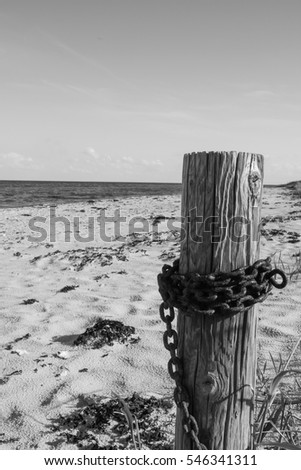 jamb with chain at the beach