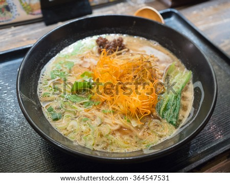 japanese noodle (focus fried onion)