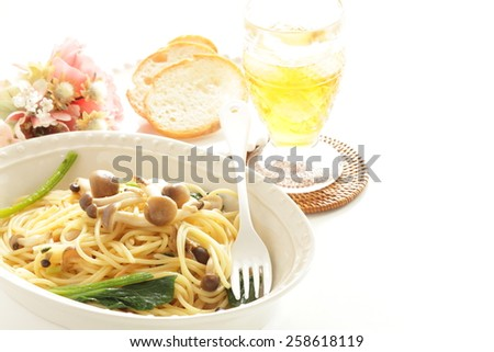Japanese Shimeji Mushroom and spinach spaghetti with iced tea on background