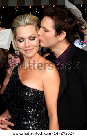 Jennie Garth & Peter Facinelli arriving at the New Moon Premiere Mann's Westwood Village Theater Westwood,  CA November 16, 2009