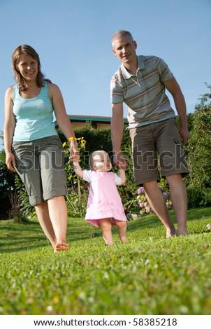 junge Familie im Graten ihres Hauses - stock photo