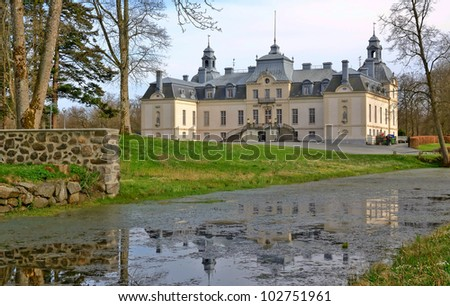 Kronovall's castle with water reflection