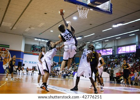 KUALA LUMPUR - DECEMBER 13: KL Dragons defends an attack by Thailand Tigers in the ASEAN Basketball League match. December 13, 2009 in Kuala Lumpur.