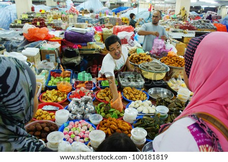 KUALA TERENGGANU,MALAYSIA-APR 16:Unidentified food traders treat customers at Pasar Payang in K.Terengganu, April 16, 2012.This is a popular local market among tourist selling varieties of local food