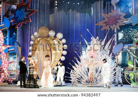 LAS PALMAS, SPAIN - FEBRUARY 3: First prize to Queen Laura Medina(r), Carlos Castilla(l), Eva Gonzalez (l) and Laura Ojeda(m) onstage during the carnival Queens Gala on February 3, 2012 in Las Palmas, Spain.