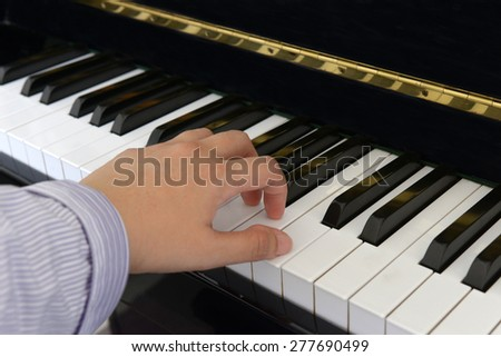 Left hand of a piano player
