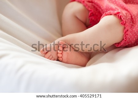 Legs of the newborn girl