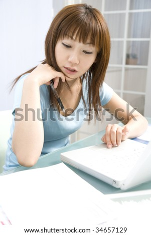 LIFESTYLE IMAGE-a Japanese woman using a laptop PC