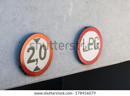 Limitation sign by a garage entrance