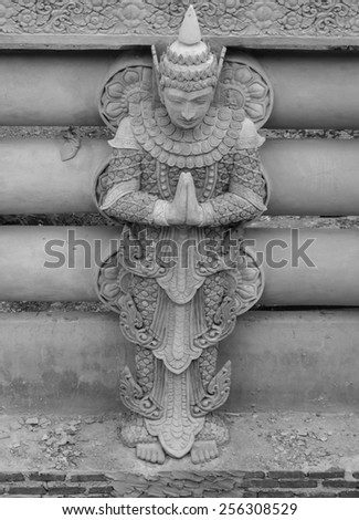 Line of gold buddha statue It is public - stock photo
