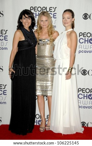 Lisa Edelstein with Jennifer Morrison and Olivia Wilde  in the press room at the 35th Annual People's Choice Awards. Shrine Auditorium, Los Angeles, CA. 01-07-09
