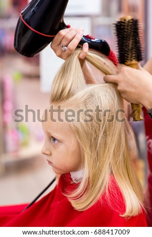 Little girl hair dry hair dryer.