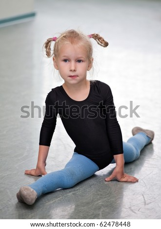 little gymnast girl doing the splits