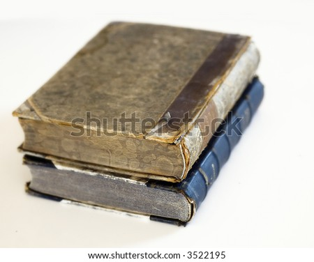 Livres antiques - âgés et chinés. L'image a le shalow DOF,foyer d'exteme est sur le bon bord extrême de l'attache. Un certainléger grain sur des livres. - stock photo