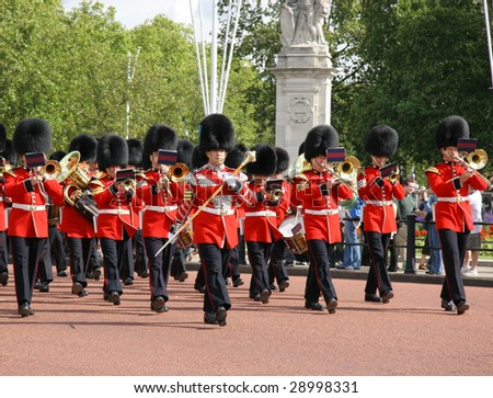 LONDON - AUGUST 30: the Royal Guards are changing in the Buckingham Palace August 30, 2006 in London, Great Britain - stock photo