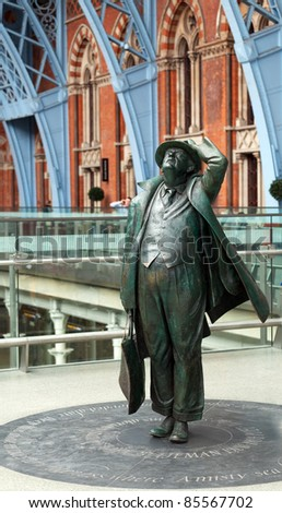 LONDON - SEPTEMBER 21: Betjeman statue in St Pancras Station on September 21, 2011. Arriving passengers from Eurostar to the new International Terminal are greeted by famous statue of John Betjeman.