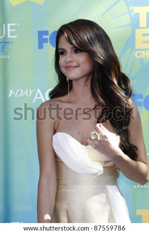 LOS ANGELES - AUG 7: Selena Gomez arrives at the 2011 Teen Choice Awards held at Gibson Amphitheatre on August 7, 2011 in Los Angeles, California