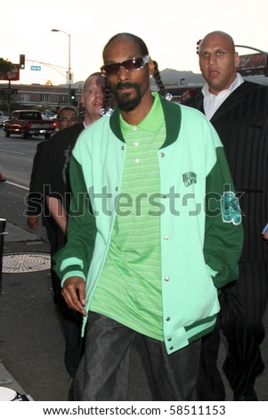 "LOS ANGELES - AUGUST 4:  Snoop Dogg arrives at the ""Takers"" World Premiere at ArcLight Cinerama Dome Theater on August 4, 2010 in Los Angeles, CA"