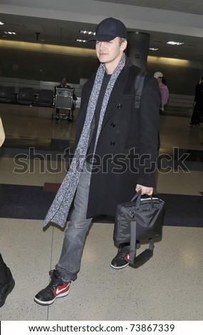 LOS ANGELES - FEBRUARY 8 : Star Wars actor Hayden Christensen arrives at LAX on February 8, 2011 in Los Angeles, California