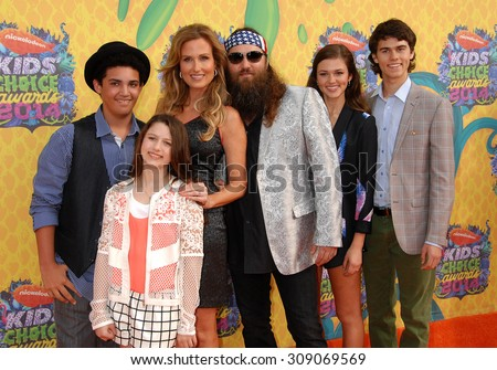 LOS ANGELES - MAR 29:  Willie Robertson, wife Korie Robertson, Lil Will, Bella, Sadie a arrives at the 2014 NICKELODEON KIDS CHOICE AWARDS  on March 29, 2014 in Los Angeles, CA                 - stock photo
