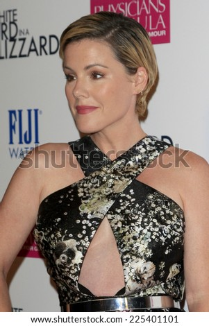 "LOS ANGELES - OCT 21:  Kathleen Robertson at the ""White Bird in a Blizzard"" LA Premiere at Arclight Hollywood on October 21, 2014 in Los Angeles, CA"
