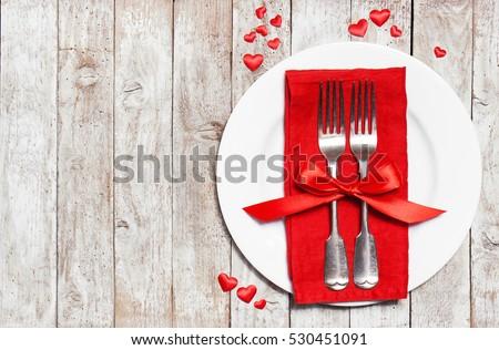 Tình yêu hay khái niệm Ngày Valentine với dao kéo vintage, hoa hồng đỏ và những trái tim trên nền gỗ.  Top xem với không gian sao chép