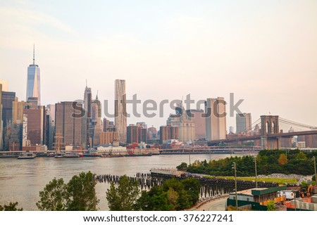 Lower Manhattan cityscape with the Brooklyn bridge in the evening