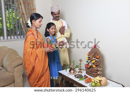 Maharashtrian family praying