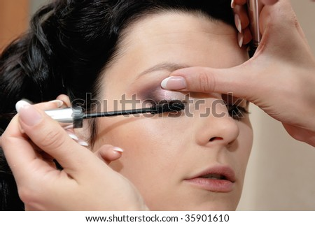 Makeup. Applying mascara on eyelashes
