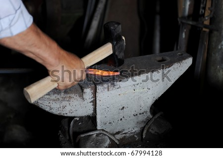 Making a decorative element in the smithy on the anvil