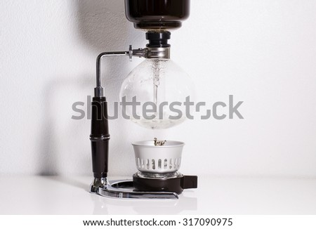 Making coffee using syphon coffee maker