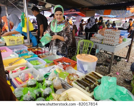 MALACCA, MALAYSIA-AUGUST 01: Unidentified traditional dish sellers attend customers at Pasar Ramadan Peringgit on August 01, 2011 in Malacca, Malaysia. Muslims around the world start fasting today.