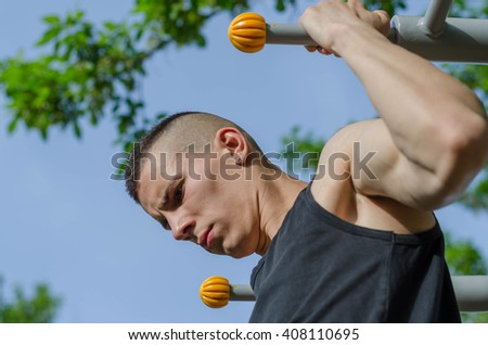 Man doing pull-ups and practicing spinal muscles