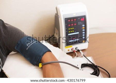 Man hand measures blood pressure