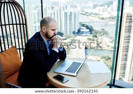 Man investor reading negative news on net-book about falling shares on stock exchanges.Male received e-mail letter on laptop about the fact that clients is tearing the agreement on further cooperation - stock photo