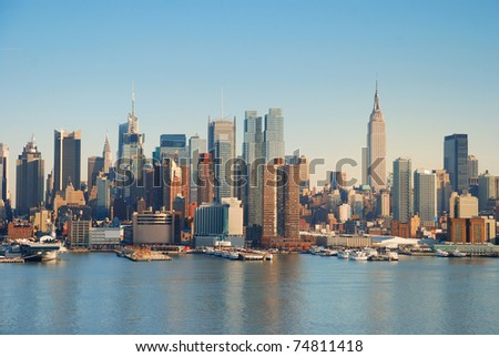 Manhattan Skyline over Hudson river with boats and skyscrapers.