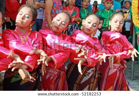 MANILA, PHILIPPINES –APRIL 24: Street performer showcase Filipino culture & tradition in The Aliwan Fiesta on April 24, 2010 in Manila. The Aliwan celebrated with annual street dance competition.