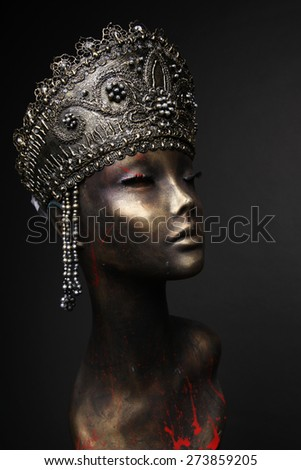 Mannequin in golden and silver headress